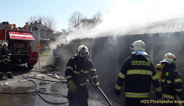 FOTO: Sedm garáží v Hartmanicích zasáhl požár, zničil jedno auto