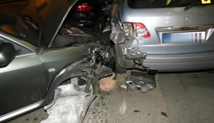 Opilá řidička si spletla pedály. Zrušila svou audinu i BMW s Mercedesem, do kterých narazila