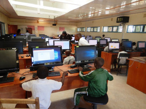 Pomoc chudý dětem v Keni. Plzeň vybavila učebnu sedmdesáti počítači