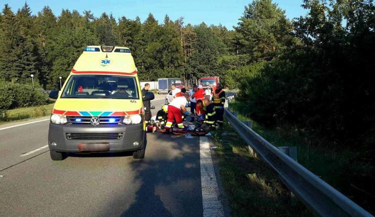 Řidič středního věku zemřel na Rokycansku po nárazu do stromu