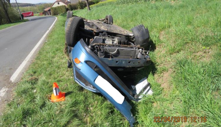 FOTO: Mladá řidička se nevěnovala řízení a vyjela ze silnice. S autem se převrátila na střechu