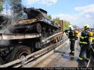FOTO, VIDEO: Smržovské tanky se cestou do Plzně srazily s autobusem, při požáru zemřel jeden člověk