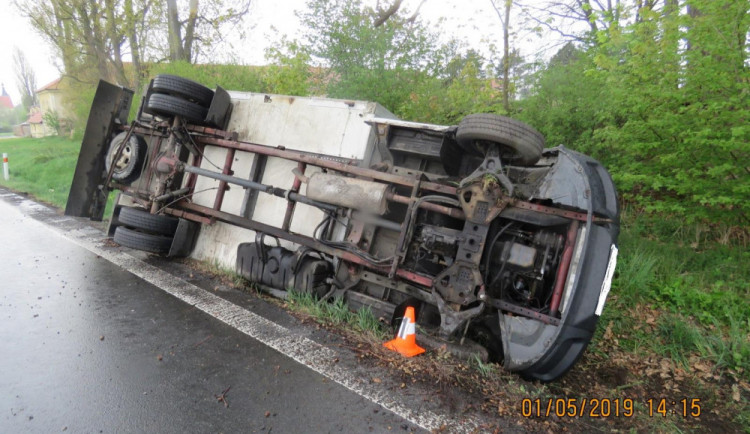 Řidič s nákladním vozidlem havaroval, převrátil se do příkopu