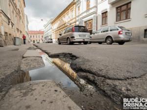Řidiče v Plzeňském kraji čekají desítky uzavírek, nejvíce v Plzni