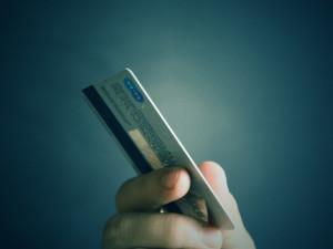 Předplatné na MHD si Plzeňané nově nabijí na mobilní telefon i bankovní kartu