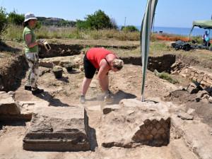 Plzeňští archeologové vykopali nedaleko Říma ruku sochy císaře