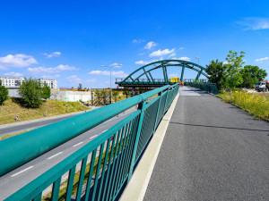 Stavbaři instalují 350tunový most na tramvajovou trať v Plzni