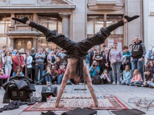 Výstava představuje pět let historie Busking Festu v Plzni