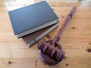 Za neposkytnutí pomoci a za drogy udělil soud v Plzni 6,5 roku