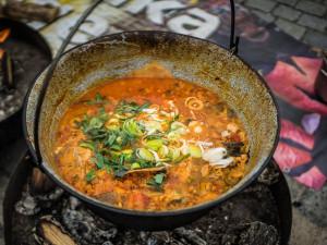 Nádvoří plzeňského pivovaru provoněly polévky z celého světa