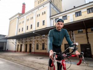 Bude to pěkná nálož, říká Jakub Vlček o nejtěžším cyklistickém závodě. V sedle kola se chystá objet svět