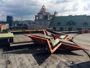 Po revoluci zůstala ležet na střeše bývalého výboru KSČ. Na třicáté výročí rudou hvězdu sundají úplně