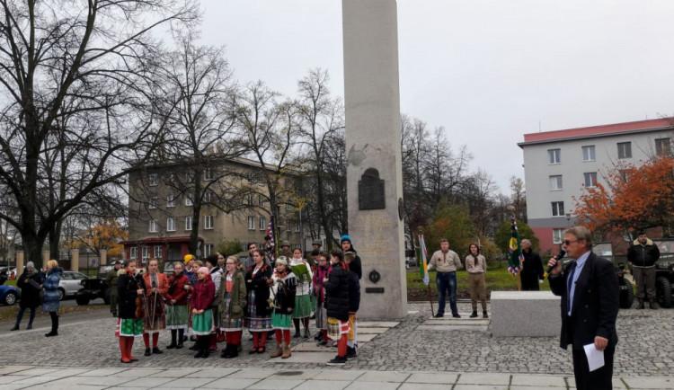 Pomník legionářů, který byl dřív u nádraží v Plzni, stojí u školy v Brojově ulici