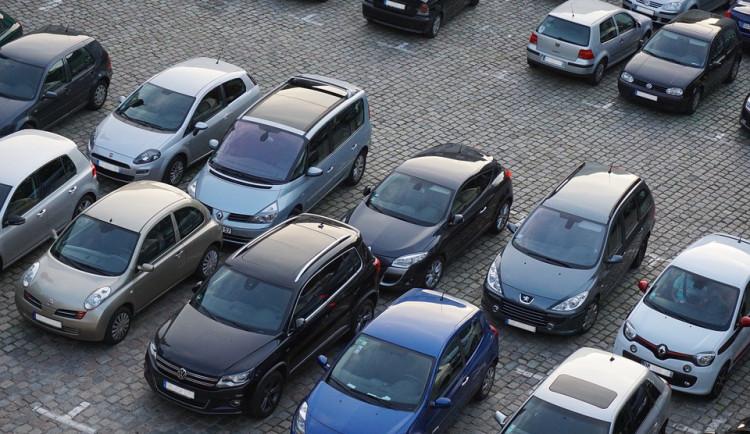Placení parkovného se bude v Plzni kontrolovat podle značek aut