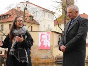 Centrum Plzně ozdobil barevný srdíčkový Václav Havel od studentky