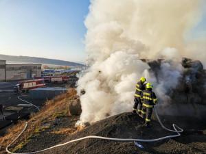 FOTO, VIDEO: V Tymákově u Plzně hoří už druhý den balíky slámy