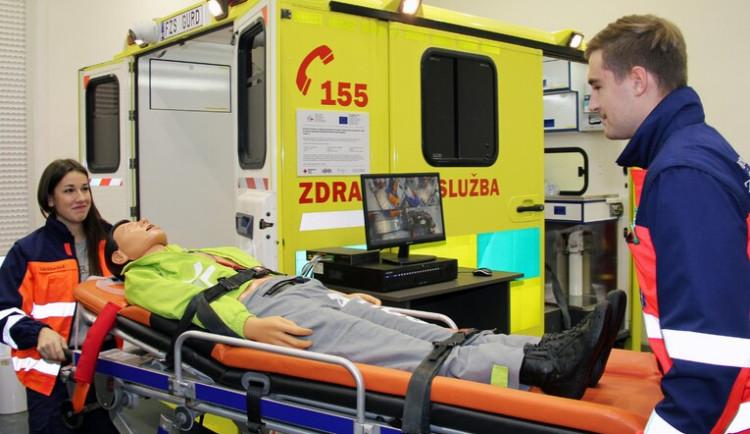 Zdravotničtí studenti v Plzni mají simulátor sanitky