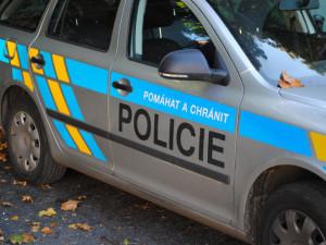 V Plzni spadlo auto z mostu na koleje, dva lidé jsou zranění