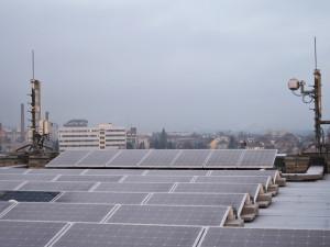 První z budov plzeňského magistrátu má na střeše solární panely