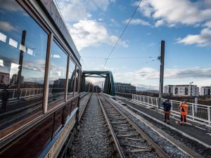 FOTO: Nová tramvajová trať v Plzni doveze cestující až k univerzitě