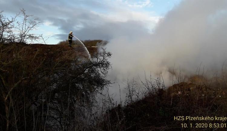 Ve Strýčkovicích na Domažlicku hoří nelegální skládka