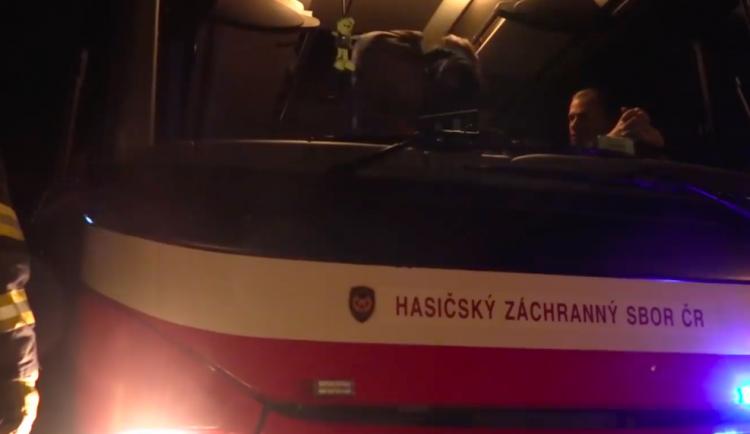 VIDEO: Po večerním požáru vlaku už Ejpovickým tunelem znovu jezdí vlaky