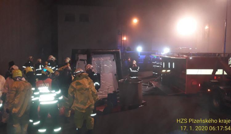 Ve Stříbře unikla kyselina, hasiči ji zachytili do jímky