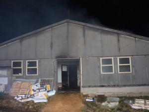 Firma začne odvážet mrtvá prasata po požáru vepřína na Rokycansku