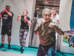 Bitky, veksl i práce pro mladé Romy. Přečtěte si životní příběh boxera Standy Tišera