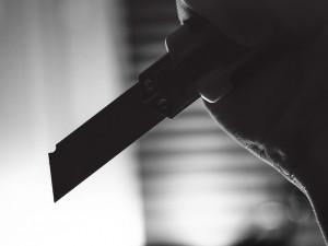 Napadení nožem v Plzni policie vyšetřuje jako pokus o vraždu