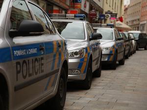 Žena, která v Plzni skočila z okna za dcerou, zemřela v nemocnici