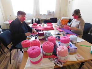 Městům i obcím pomáhá také Český červený kříž, dobrovolníci produkují tisíce roušek