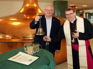 Požehnané pivo za papežem do Vatikánu neodjelo, bude se prodávat ve speciální aukci