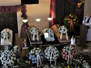 Slzy, pláč a smutek, lidé se loučili se čtyřmi obětmi tragické nehody na přejezdu