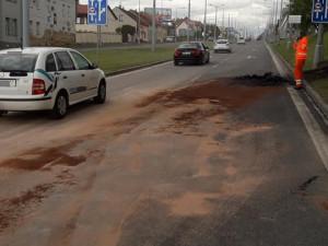 Požár auta téměř zastavil dopravu v Plzni. Na Rokycanské se tvořily dlouhé kolony