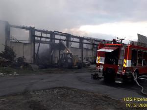 Požár v zemědělském družstvu zcela zlikvidoval halu s uskladněným krmivem