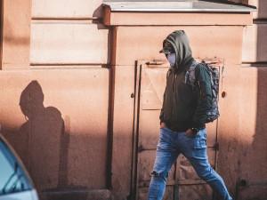 Starší i mladí Plzeňané nosí dál venku roušky, i když už nemusí