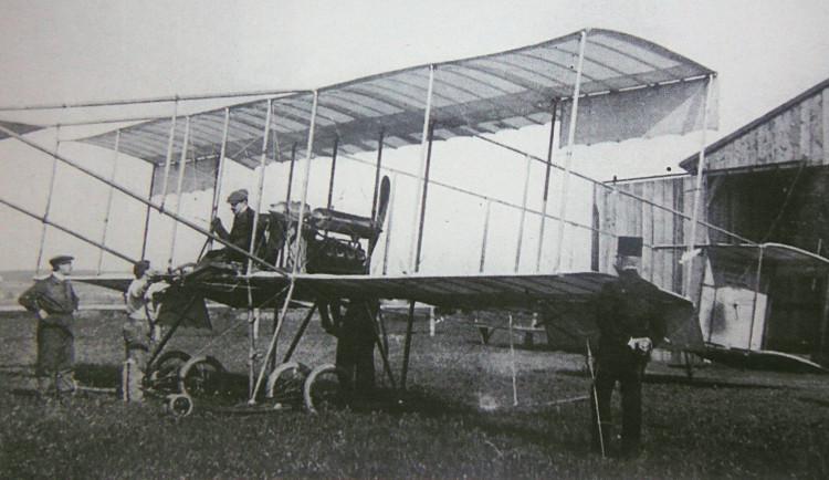 FOTO: Letiště u Plzně si připomnělo první leteckou show v Českém království, konala se před 110 lety