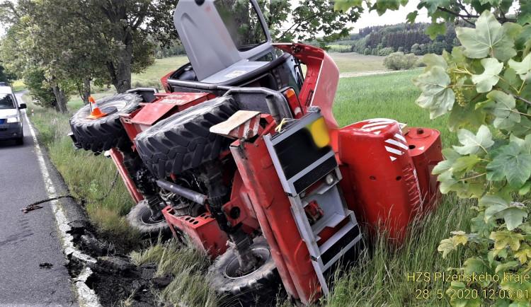 Hasiči dnes opět zasahovali u nehody těžkého stroje, bouraly ovšem i osobáky