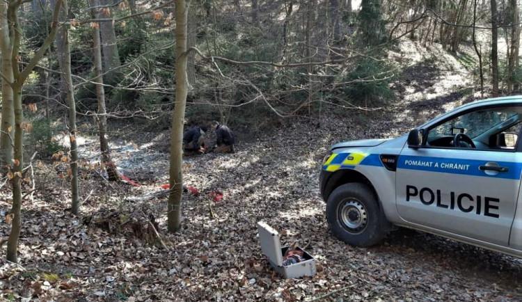 Hledač pokladů našel s detektorem kovů plastickou trhavinu, magnetickou minu a rozbušky