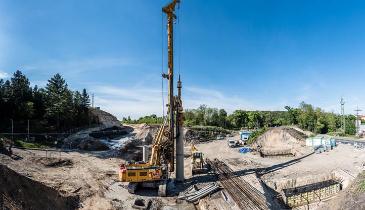 Práce na stavbě 1,4 km dlouhého úseku východního okruhu u Boleváku běží naplno