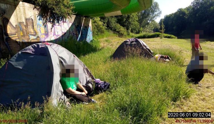 Třináctiletá dívka si po hádce s bratrem ustalala mezi bezdomovci
