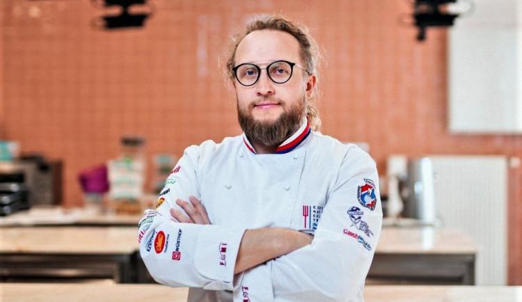 (NE)OBYČEJNÍ: Tomáš Popp, bývalý vegan a aktivista, teď je expertem přes gastronomii, šéfuje kuchařský nároďák a má pořad v TV