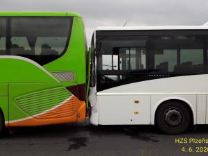 Při srážce autobusů se zranila cestující, jeden vůz se doslova napíchl na druhý