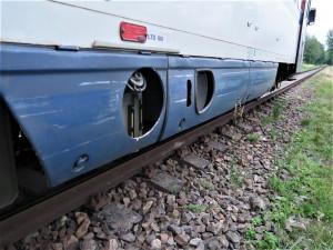 Jeep vjel na přejezd kde blikala červená světla, střet s vlakem se obešel bez zranění
