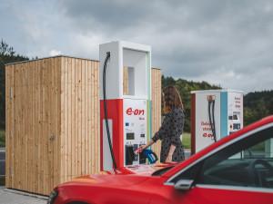 E.ON otevřel na Rozvadově ultrarychlou dobíječku, elektromobily nabije zelenou energií