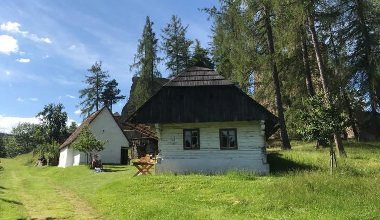 Skanzen u hradu Velhartice poprvé ukázal interiéry domů