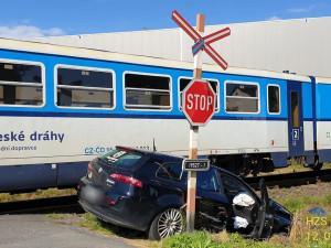 Motorista vjel s autem na nechráněném přejezdu přímo před vlak, střetu nešlo zabránit