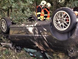 Auto narazilo u Letkova do stromu a převrátilo se na střechu, mladá žena se těžce zranila