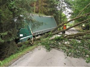 Řidič kamionu vymetl příkop a kácel stromy, měl v sobě 1,5 promile alkoholu